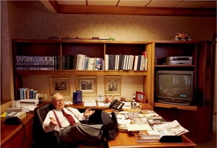 Picture of Warren Buffett sitting in his office
